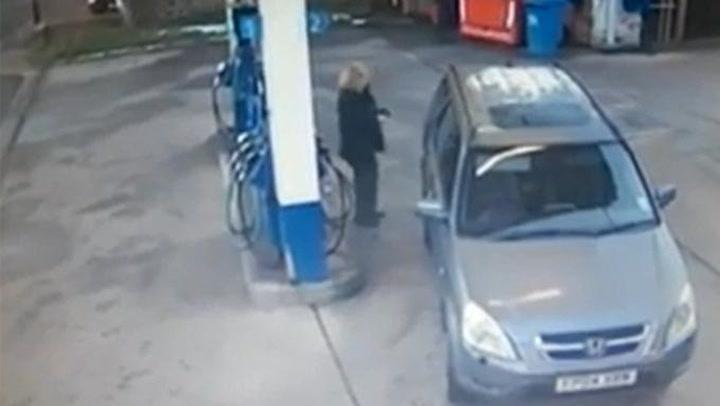 Kvinne sliter med å finne bensinlokket