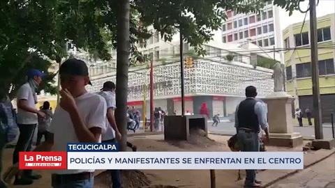 Policías y manifestantes se enfrentan en el centro