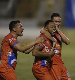 ¡Carlos Róchez pone a ganar a la UPNFM ante Real de Minas en el Estadio Nacional!
