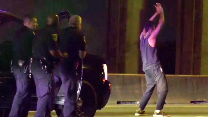 Han danser bekymringsløst foran politiet – så får de nok