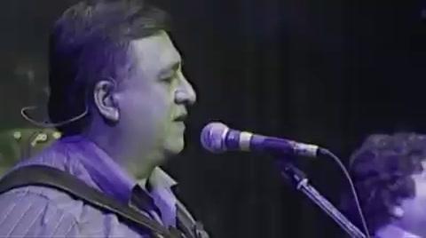 Furor por un video de un dúo entre Lennon y Los Palmeras