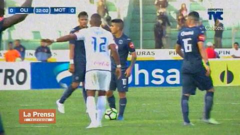 Expulsión de Jonathan Paz por agresión a Rubilio Castillo