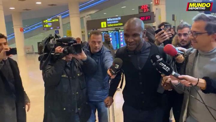 Eric Abidal llega a Barcelona rodeado de una gran expectación