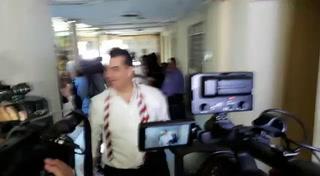 Así fue la llegada de Elvin Santos al hemiciclo para reunión con diputados