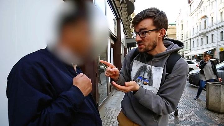 Her konfronterer han Prahas utspekulerte valuta-svindlere