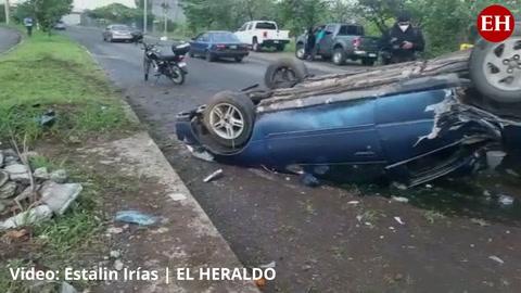 Carro vuelca en el anillo periférico de la capital de Honduras
