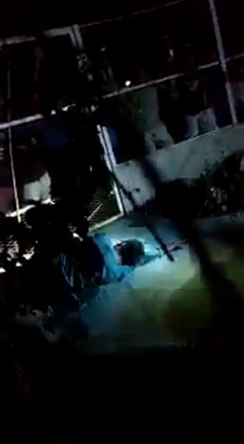 Encerraron a un hombre acusado de violación dentro de una jaula con cocodrilos