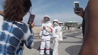 Pareja de brasileños se protege del coronavirus... con trajes de astronauta