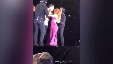 Shakira defiende a fan de sus propios guardaespaldas