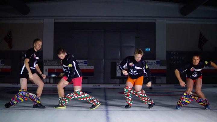 Her tar curlinglandslaget på gullbuksene uten hender