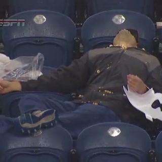 Viral: El hombre traga palomitas captado en el estadio