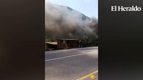 Trailer con cisterna toma fuego en el sector de Jardines, Taulabé