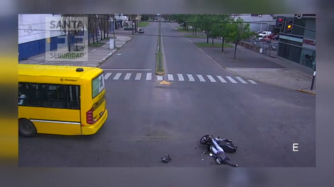 Las imágenes del tremendo choque de una moto a un colectivo en la esquina de la picada fatal