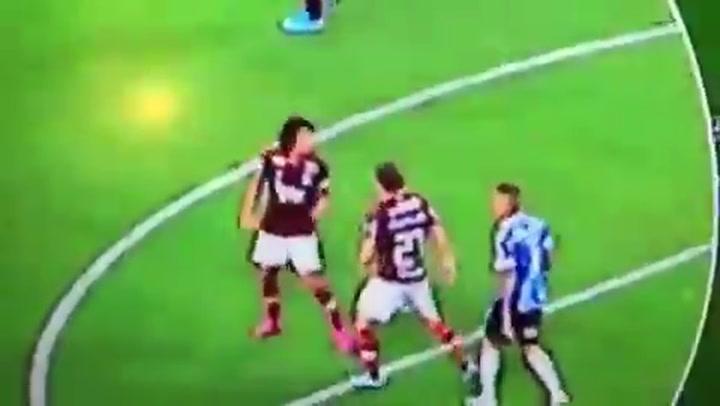 Filipe Luis llega a las manos con un compañero en un partido del Flamengo