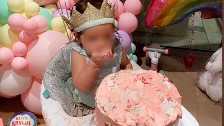 ¡Un castillo, globos y muchas fresas! Así celebran Pau Gasol y Cat McDonnell el primer cumpleaños de su hija
