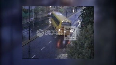 Un video registró el choque en cadena de un colectivo fuera de control