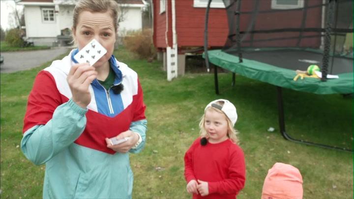Mammaen til Oda og Hedda spiller et spill i hagen