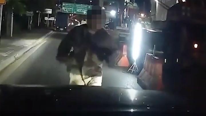 ช็อก! หนุ่มปริศนาพุ่งเกาะหน้ารถ เพิ่งก่อเหตุขโมยแท็กซี่-กระทืบเด็กล้างรถ