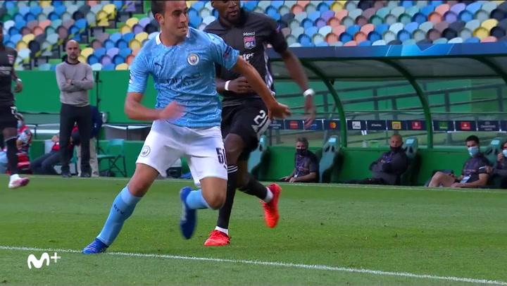 Champions League Manchester City-Lyon. Eric García en una acción defensiva del partido