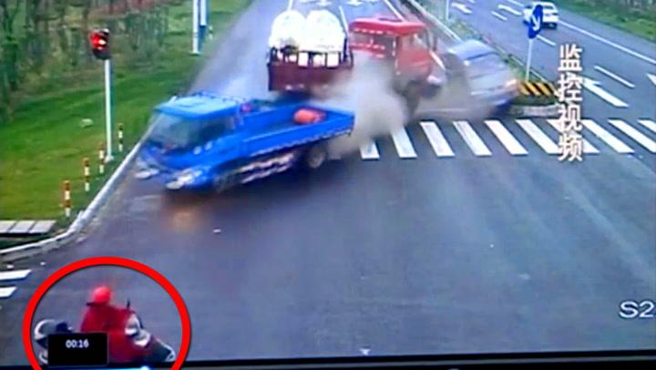 Mopedisten får panikk når han ser hva som kommer mot ham