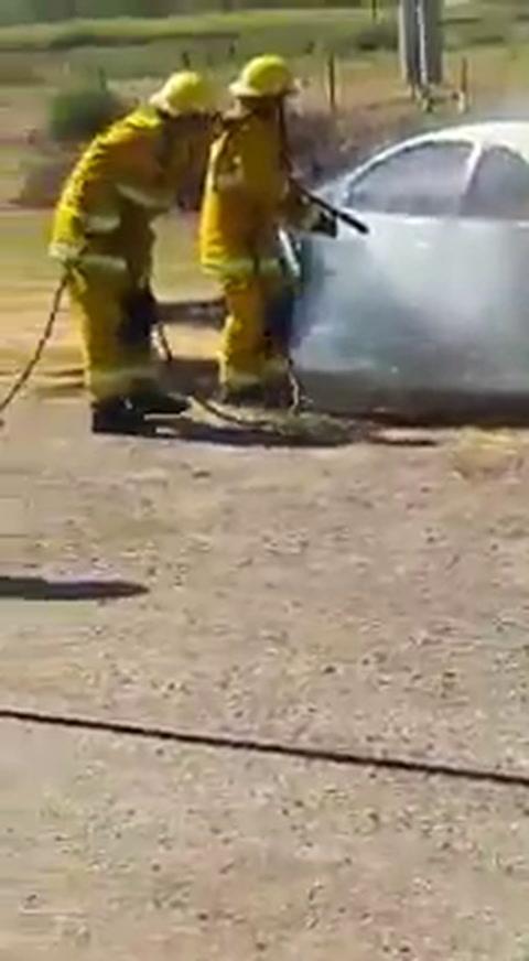 Prendió fuego su auto para evitar que se lo llevaran al corralón