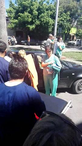 Dos enfermeras asistieron un parto en plena calle en medio de un acto en defensa de la salud pública