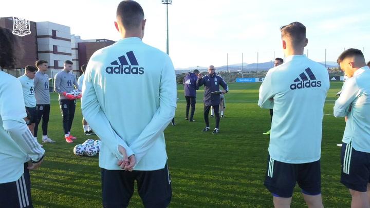 Pedri, Pedro Porro y Bryan Gil visitan a sus compañeros de la Selección española sub-21