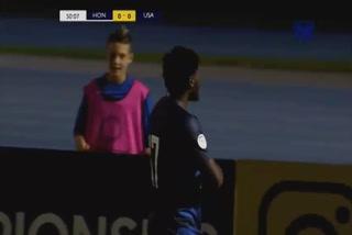 Ayo Akinola anota el 1 - 0 de Estados Unidos ante Honduras