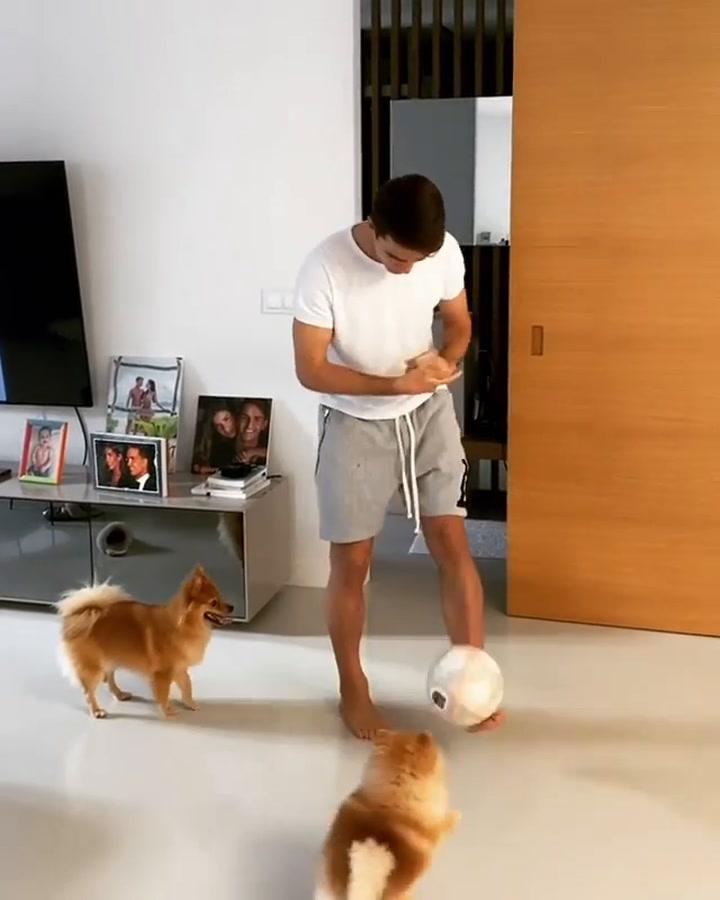 Denis Suárez mata el aburrimiento jugando a fútbol con sus perritos