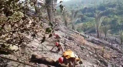 Bomberos buscan controlar incendio en cordillera Nombre de Dios
