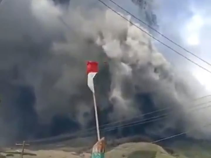 El volcán indonesio Sinabung ha entrado en erupción
