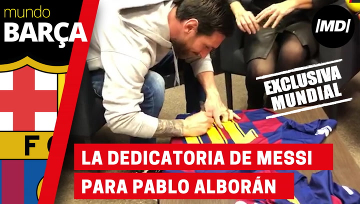 Leo Messi dedica una camiseta a Pablo Alborán durante la entrevista de Mundo Deportivo