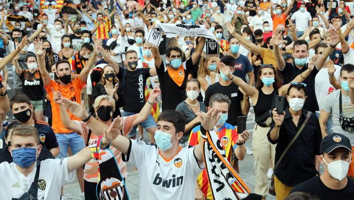 Más de un millar de aficionados piden la marcha de Lim del Valencia