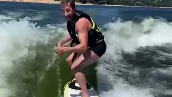 Las espectaculares imágenes de Pablo Motos surfeando, ¡menudo estilazo tiene: de aquí, a las Olimpiadas!