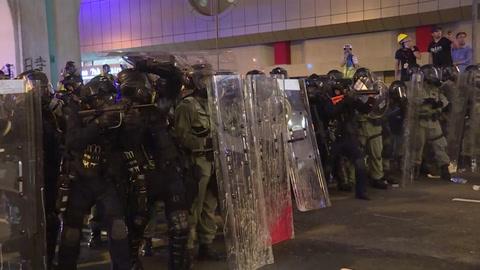 Hong Kong vuelve al caos con noche de incidentes entre manifestantes y la policía