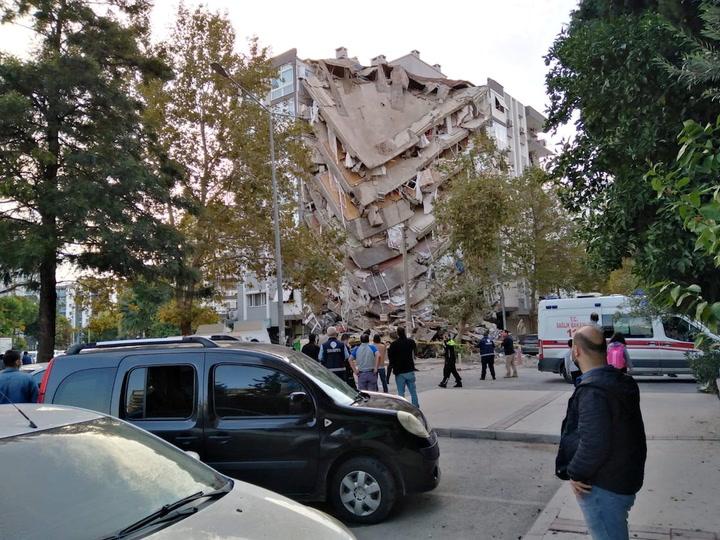 Dramáticas imágenes del momento del derrumbe de un edificio a causa del terremoto de Turquía