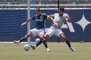 Chicharito Hernández se lesiona en amistoso y es duda para viajar con el Galaxy al torneo de la MLS