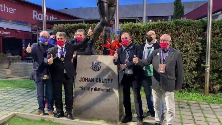 Laporta y su equipo se fotografía junto a la estatua de Johan Cruyff