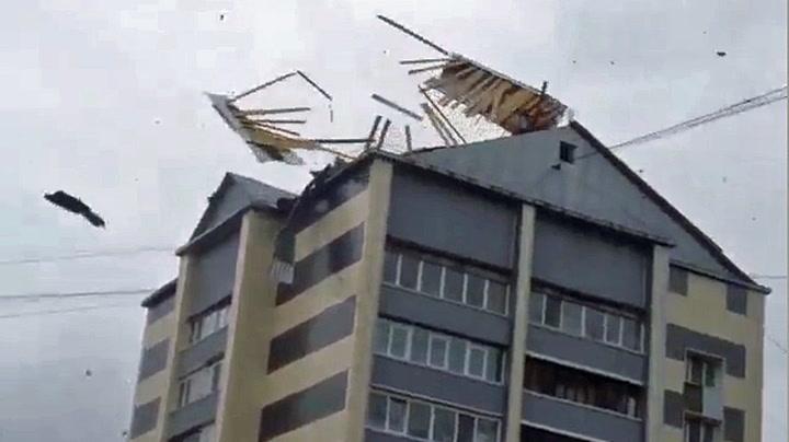 Kraftige vinder blåste av hustak i Russland