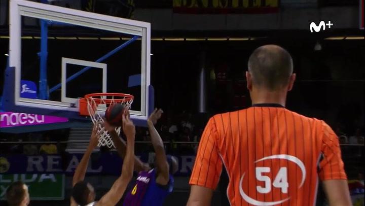 Singleton (Barça) taponando a Tavares (Real Madrid) en la ACB