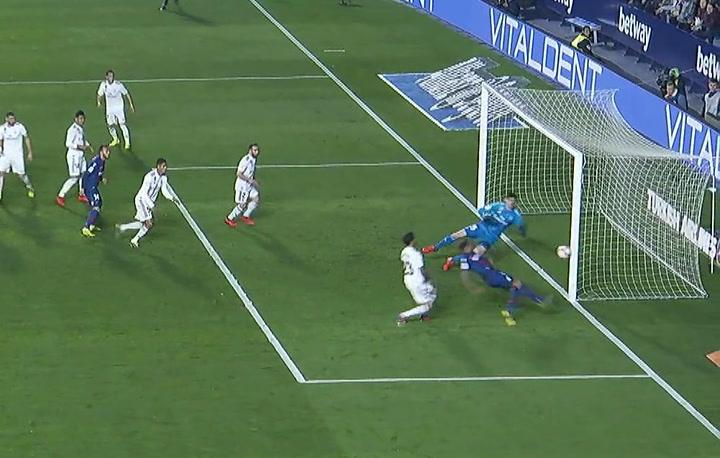 LaLiga: Levante - Real Madrid. Roger Martí chuta al poste en el minuto 23