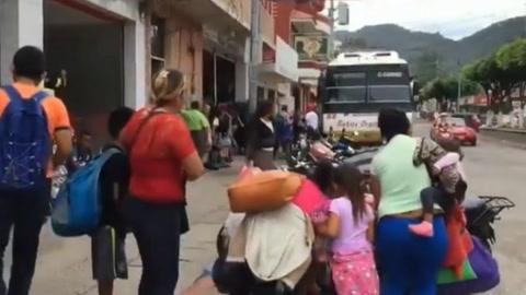 Hondureños que viajan con niños aprovechan transporte público