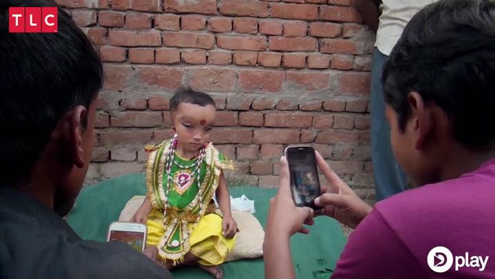 WOW! 8-årig dreng bliver tilbedt som gud, men lider af sjælden sygdom