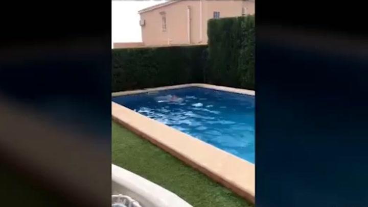 Paul Gascoigne nadando desnudo en una piscina