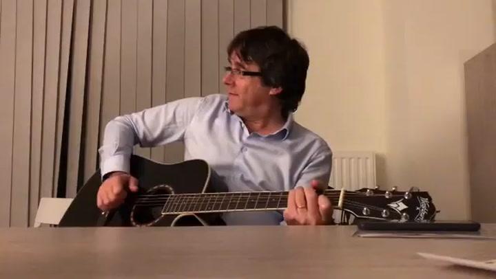 Puigdemont canta y toca la guitarra una cancion de los Beatles
