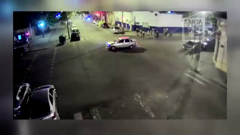 Un video muestra cómo un auto cruza en rojo y provoca un choque espectacular