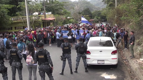 Migrantes hondureños rompen cerco policial en frontera de Guatemala