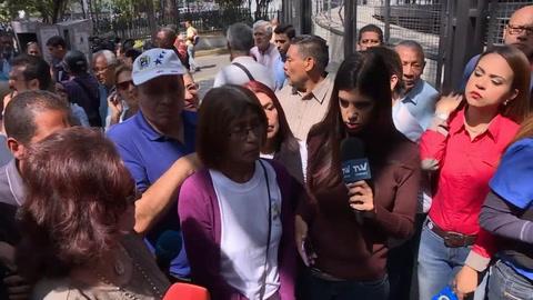 Policías y militares bloquean marcha de sindicalistas opositores