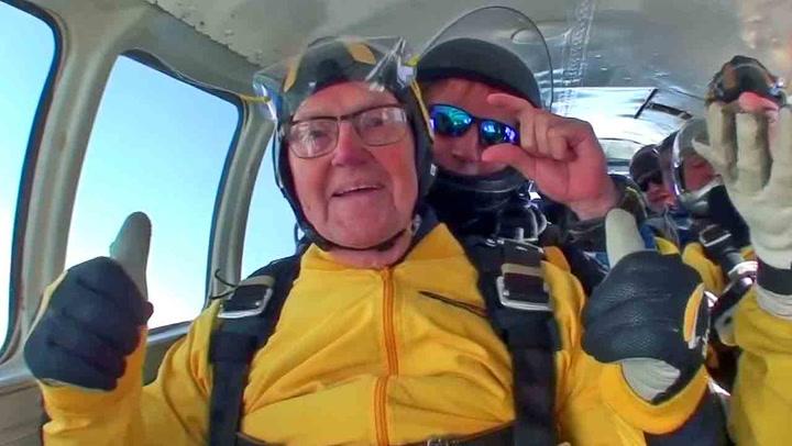 Oldefar (101) kastet seg ut fra fly