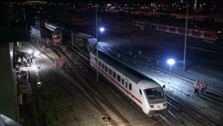 Duitse treinwagons met 110 passagiers gekanteld | NU - Het laatste nieuws het eerst op NU.nl